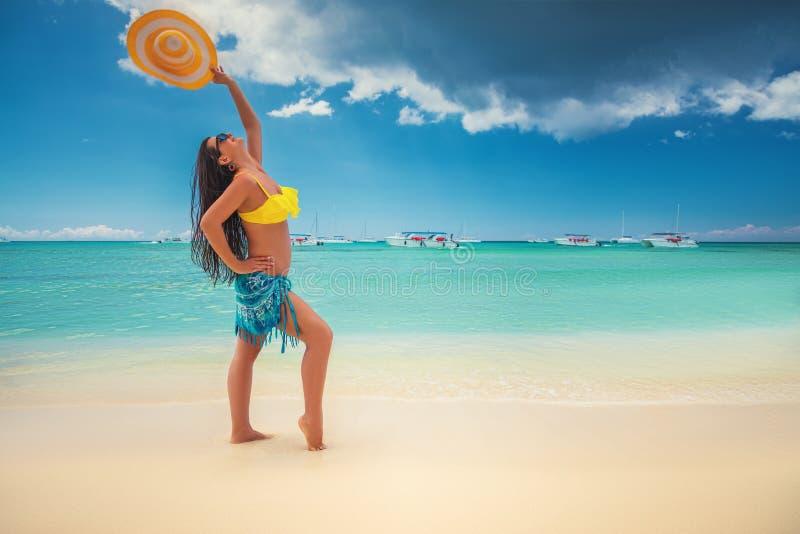 Wyspa w zwrotnikach Szcz??liwa chodz?ca dziewczyna cieszy si? tropikaln? piaskowat? pla??, Saona wyspa, republika dominika?ska zdjęcia stock