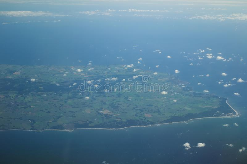 Download Wyspa widzieć od samolotu obraz stock. Obraz złożonej z chmura - 106905537