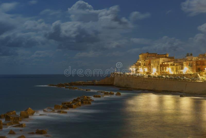Wyspa Wybrzeża Ortigii w Syracuse w nocy Sycylia Włochy obraz royalty free