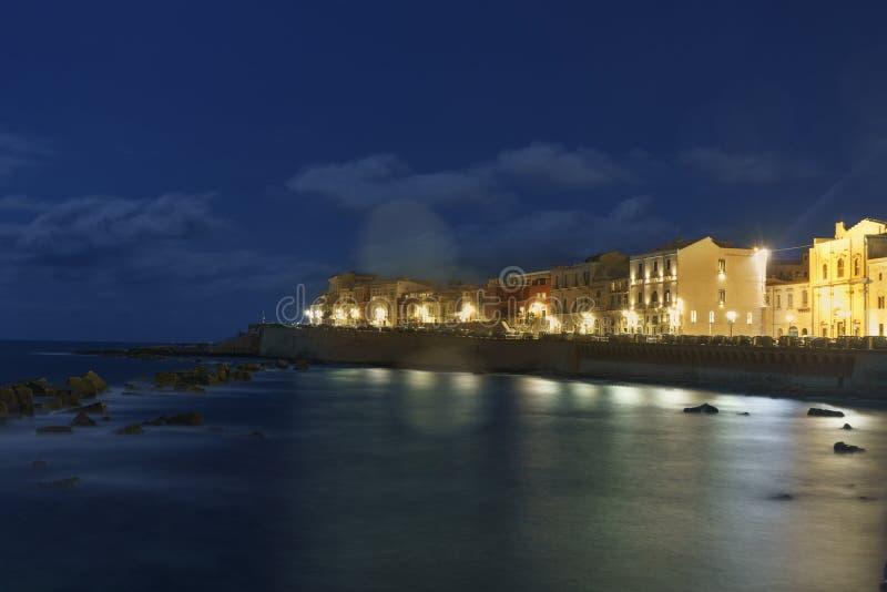 Wyspa Wybrzeża Ortigii w Syracuse w nocy Sycylia Włochy obrazy stock