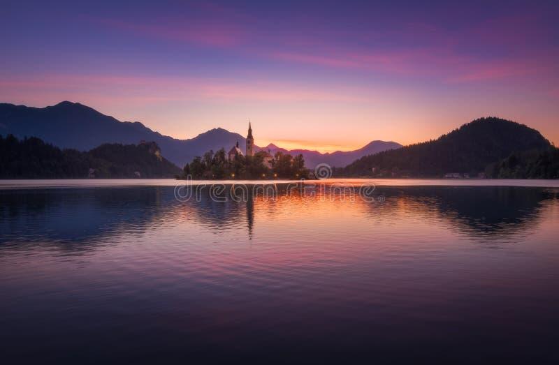 Wyspa z kościół w Krwawiącym jeziorze, Slovenia przy wschodem słońca zdjęcia stock