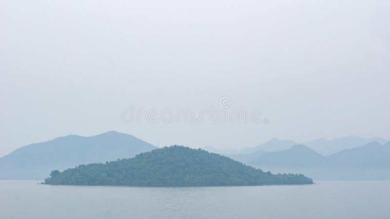 Wyspa z mgłą rano zdjęcia stock