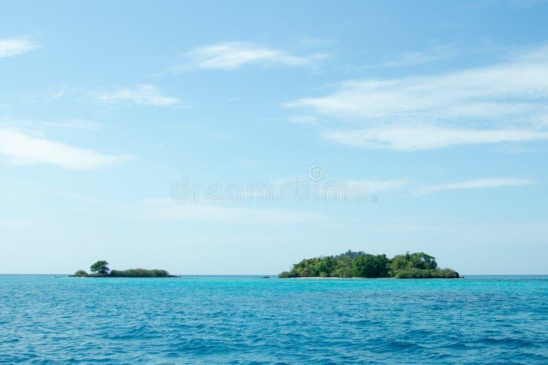 Wyspa z niebieskim niebem zdjęcie royalty free