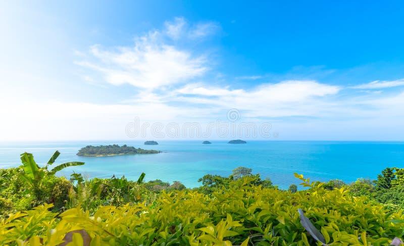 Wyspa z niebieskim niebem obrazy royalty free