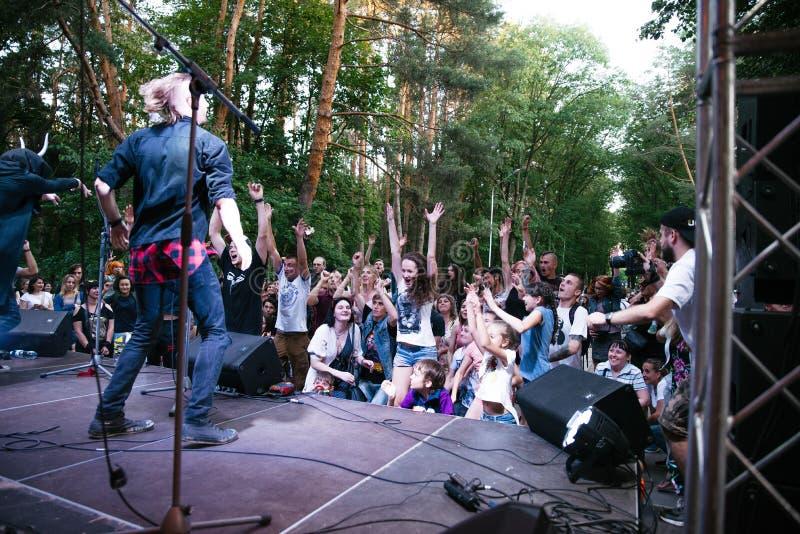 Występ rockowej grupy ` Chumatsky Shlyakh ` Czerwiec 10, 2017 w Cherkassy, Ukraina zdjęcia royalty free