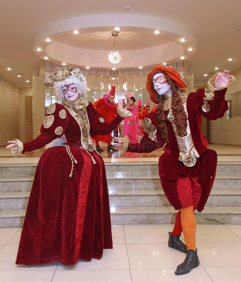 Występ aktorzy teatr lal tułaczy dżentelmen Pezho w foyerze theatre maniak zdjęcie stock