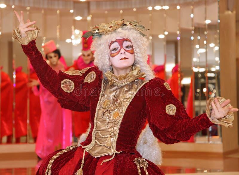 Występ aktorzy teatr lal tułaczy dżentelmen Pezho w foyerze theatre maniak fotografia stock