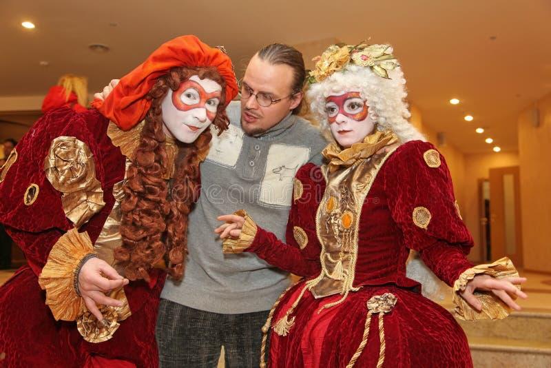 Występ aktorzy teatr lal tułaczy dżentelmen Pezho w foyerze theatre maniak obrazy stock