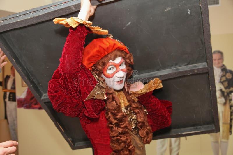 Występ aktorzy teatr lal tułaczy dżentelmen Pezho w foyerze theatre maniak obraz stock