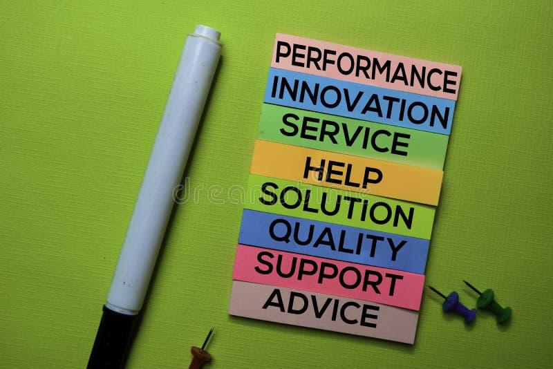 Występ, innowacja, usługa, pomoc, rozwiązanie, ilość, poparcie, rada tekst na kleistych notatkach odizolowywać na zielonym biurku obrazy stock