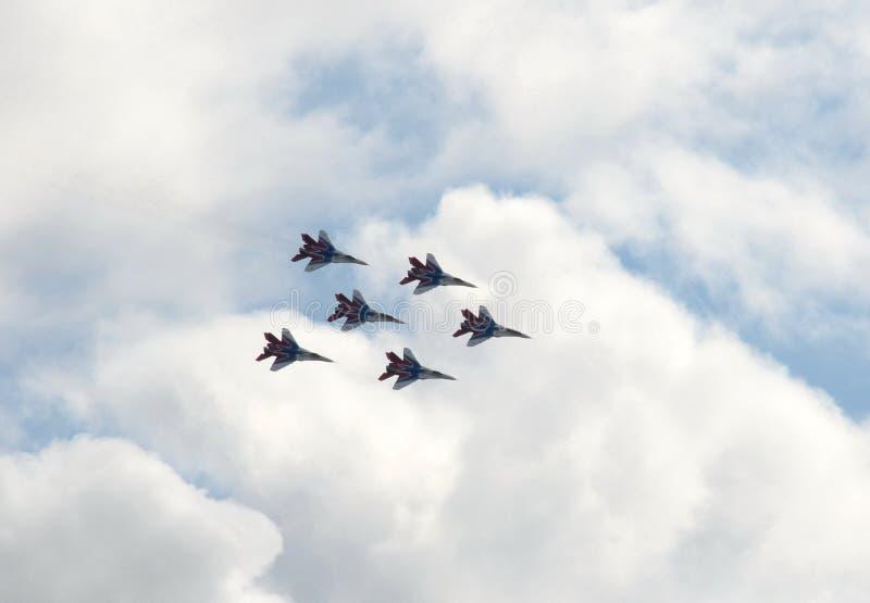 Występ jerzyk aerobatic drużyna na purpose wysoce maneuverable MiG-29 wojownikach nad Myachkovo lotniskiem obraz stock