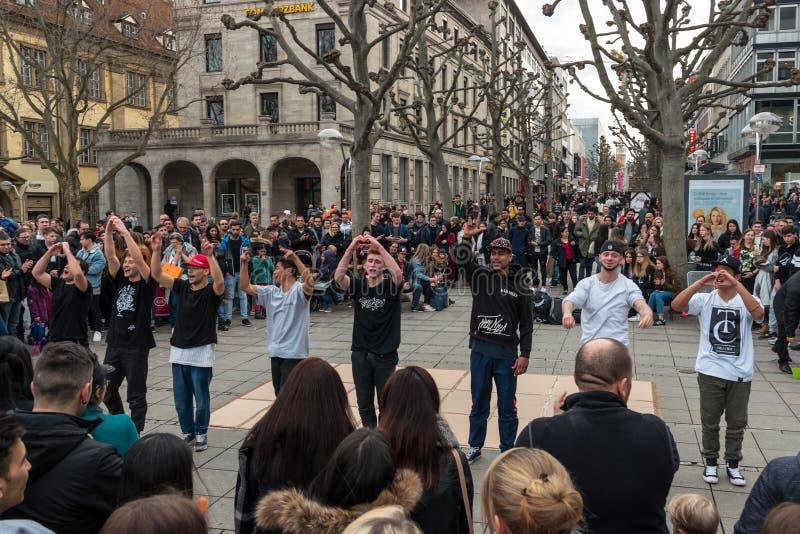Występ uliczna młodość tana grupa na środkowej dziejowej ulicznej Koenigstrasse królewiątka ulicie obrazy royalty free
