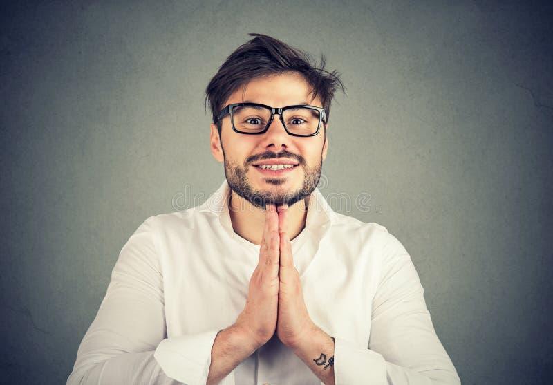 Występować z prośbą mężczyzna mienia ręki wpólnie zdjęcia stock