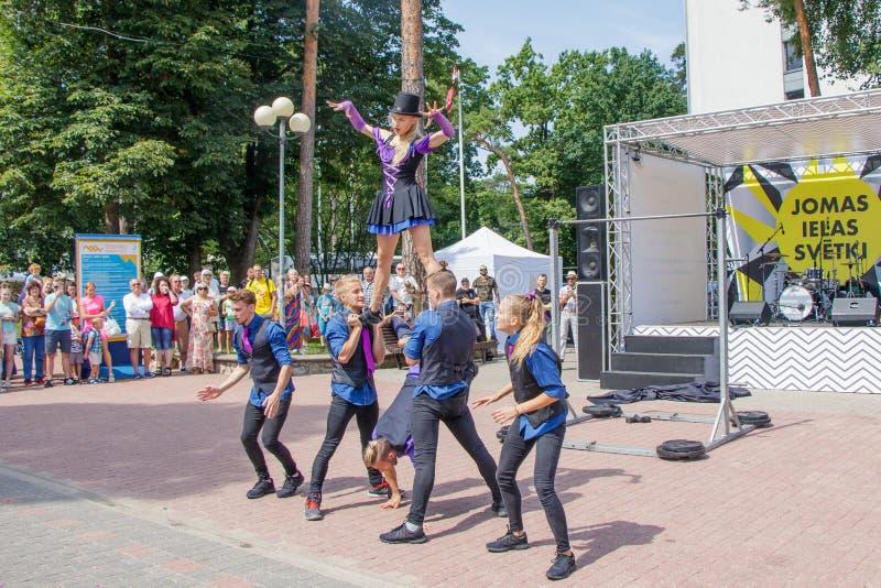Wyst?p grupa gimnastyczki przy Jomas ulicy festiwalem Otwarty dost?p, ?adny bilety obraz stock