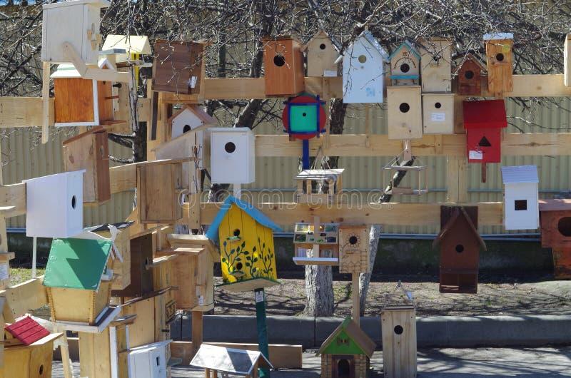 Wystawa birdhouses robić uczniami wraz z ich rodzicami obraz stock