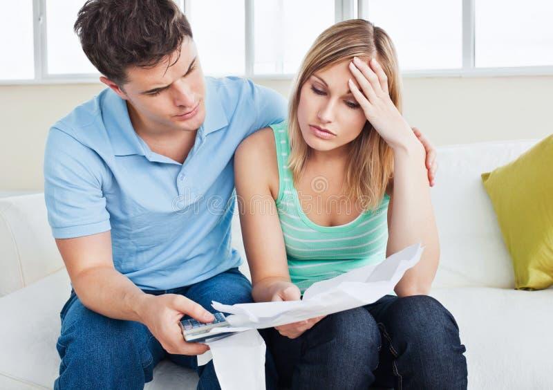 wystawia rachunek chłopaka jej przyglądająca kobieta martwił się obrazy stock