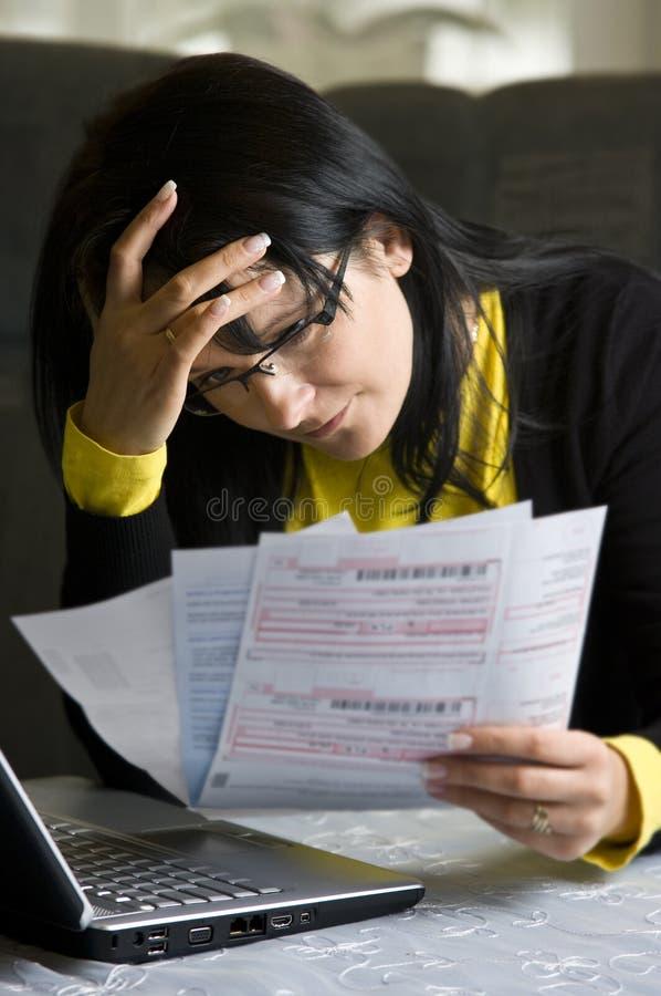 wystawia rachunek jej miesięcznej kobiety zdjęcie stock