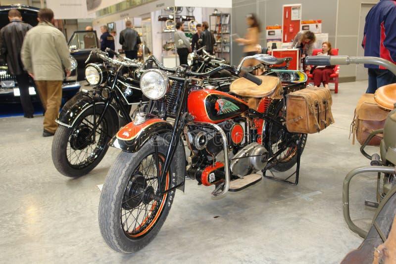 Wystawy kopia stary motocykl przedstawia indianina na benzynowym zbiorniku Wystawa samochody w Moskwa 2008 rok fotografia royalty free