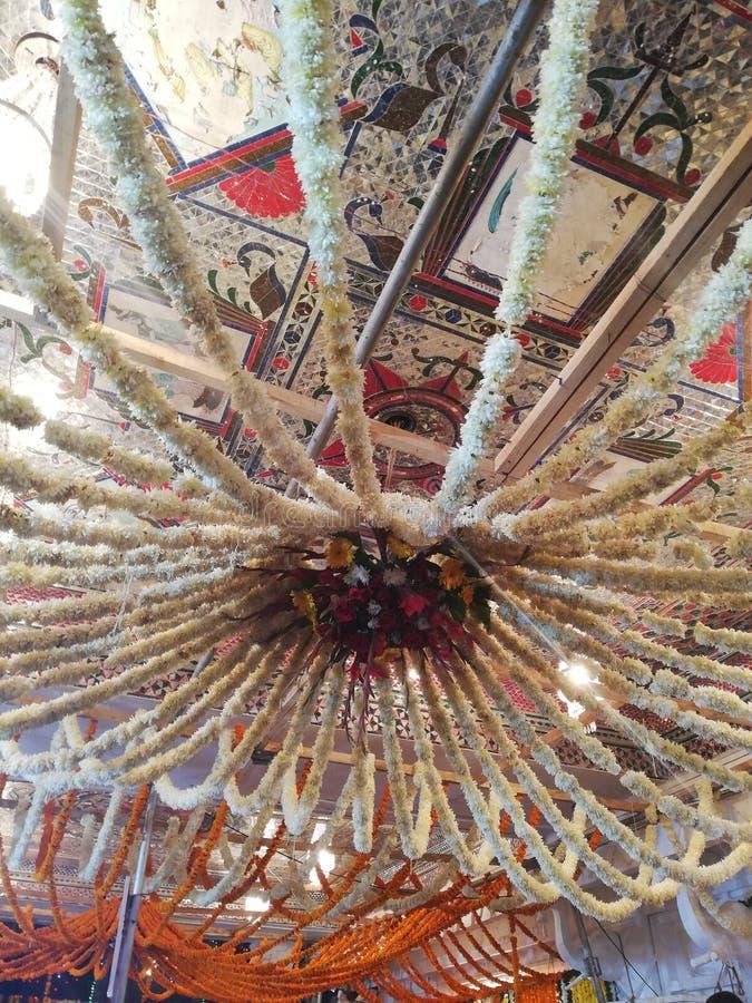Wystrój kwiatowy w świątyni khajrana indore India obrazy royalty free
