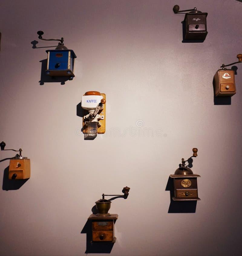Wystrój roczników kawowi ostrzarze na ścianie zdjęcie stock