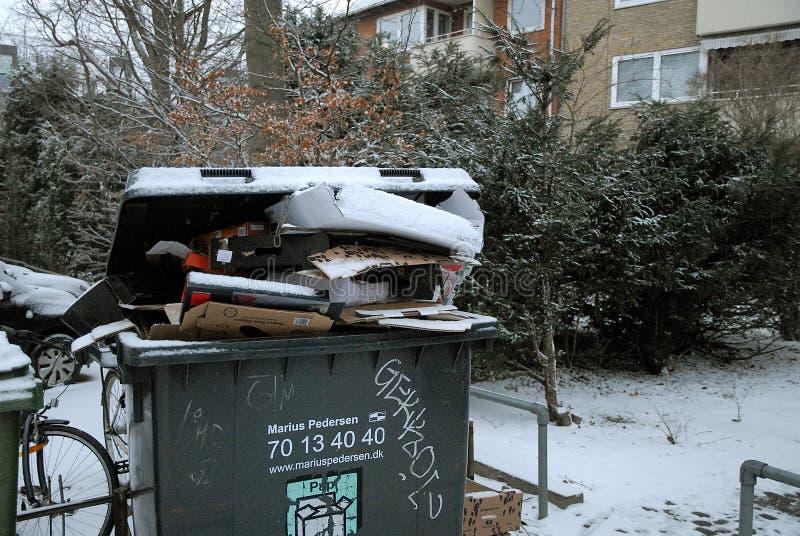 Wystrzału odpady usuwa należni o śnieżni spadki wietrzeje zdjęcie stock