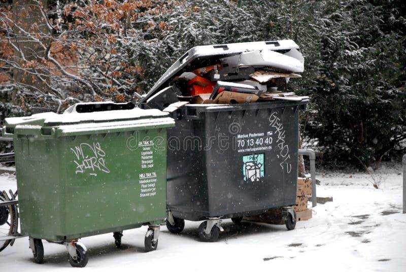 Wystrzału odpady usuwa należni o śnieżni spadki wietrzeje zdjęcia royalty free