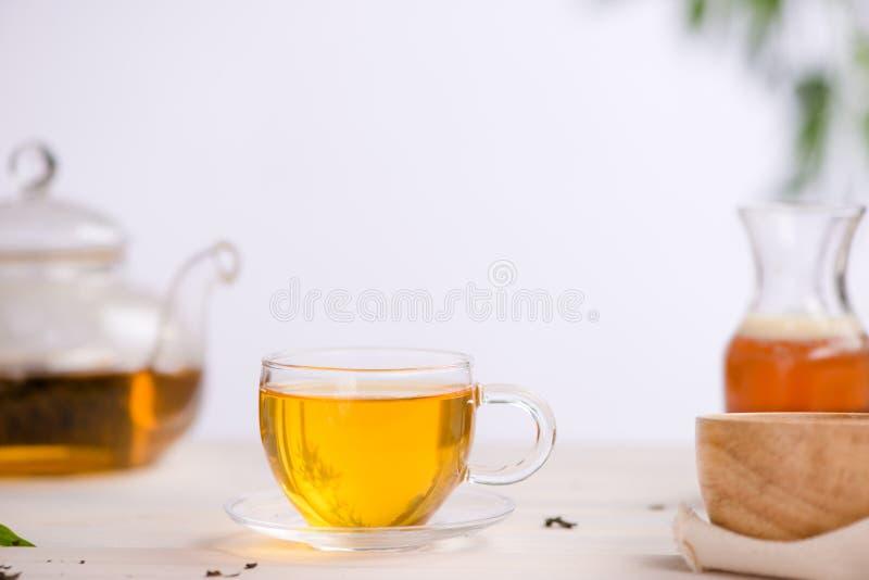 Wysuszeni herbaciani liście z herbacianym garnkiem zdjęcie stock