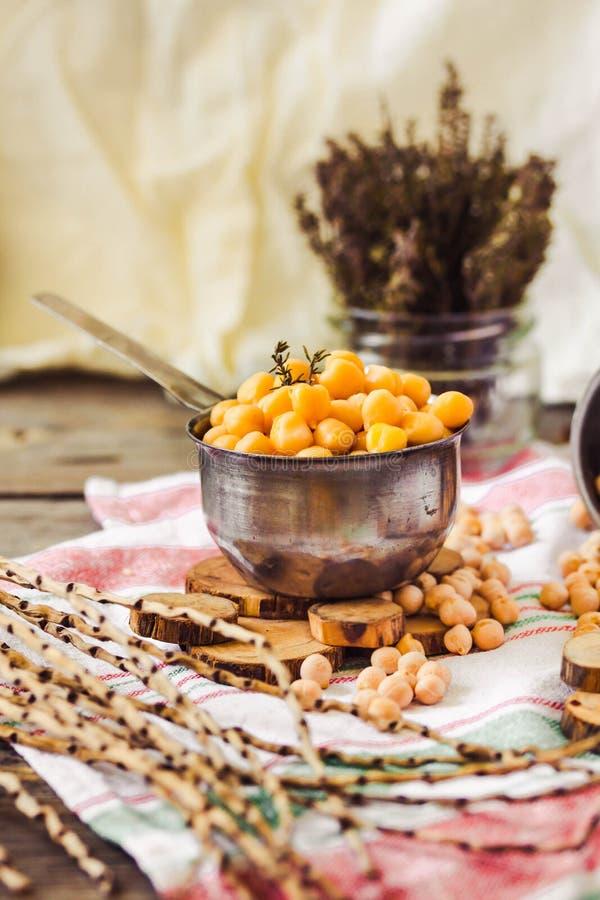 Wysuszeni i gotowani chickpeas Jarska proteina Susi tymiankowi sprigs w słoju Zdrowy styl życia i zrównoważony karmowy pojęcie se zdjęcia royalty free