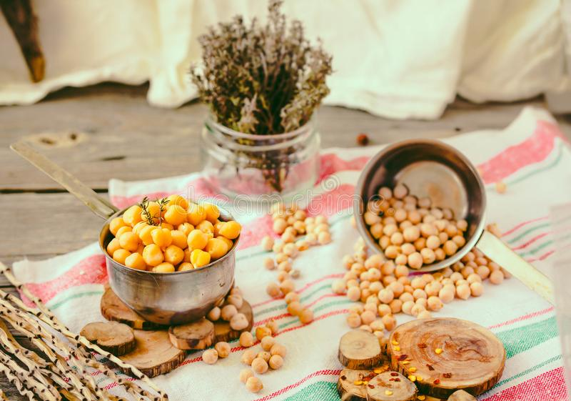 Wysuszeni i gotowani chickpeas Jarska proteina Susi tymiankowi sprigs w słoju Zdrowy styl życia i zrównoważony karmowy pojęcie se zdjęcie royalty free
