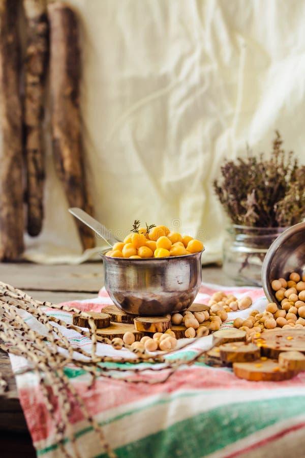 Wysuszeni i gotowani chickpeas Jarska proteina Susi tymiankowi sprigs w słoju Zdrowy styl życia i zrównoważony karmowy pojęcie se obraz royalty free