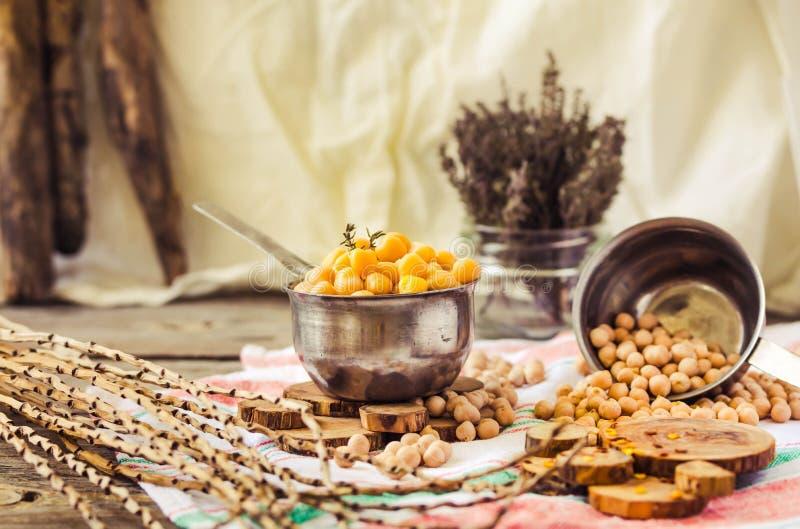 Wysuszeni i gotowani chickpeas Jarska proteina Susi tymiankowi sprigs w słoju Zdrowy styl życia i zrównoważony karmowy pojęcie se fotografia stock
