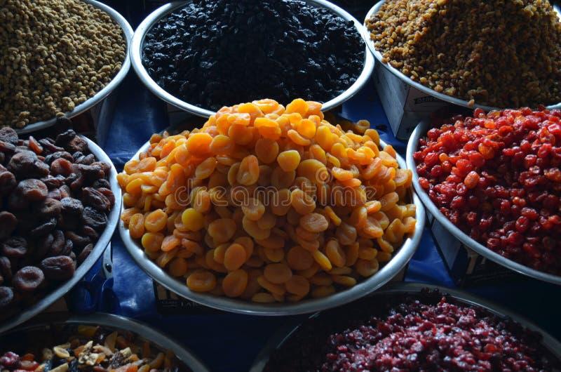 Wysuszeni owoc morel hazelnuts i inne dokrętki na tacy w bazaru indyku fotografia stock
