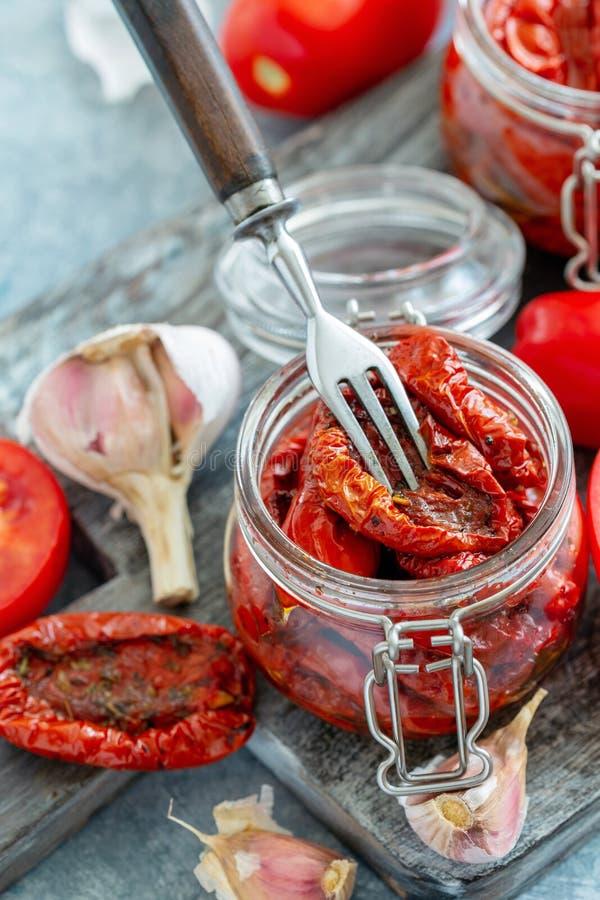 Wysuszeni pomidory z ziele i oliwa z oliwek obrazy stock
