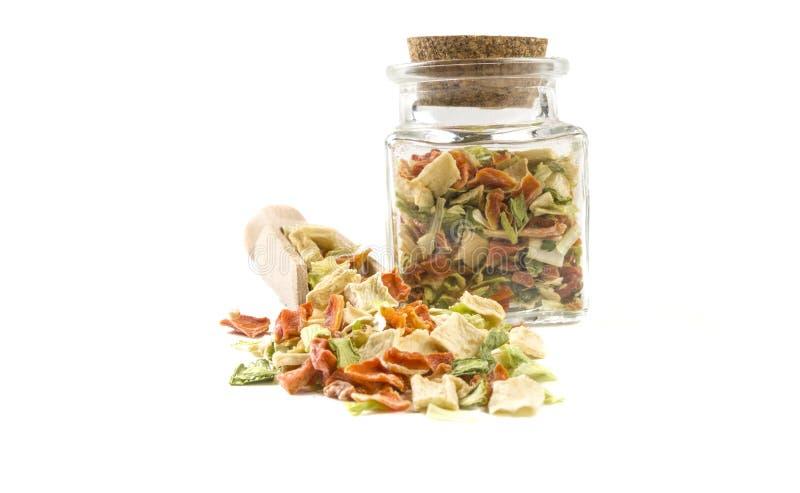 Wysuszeni warzywa lub zupni warzywa w drewnianej miarce i słoju na odosobnionym na białym tle Frontowy widok pikantność i jedzeni zdjęcia stock
