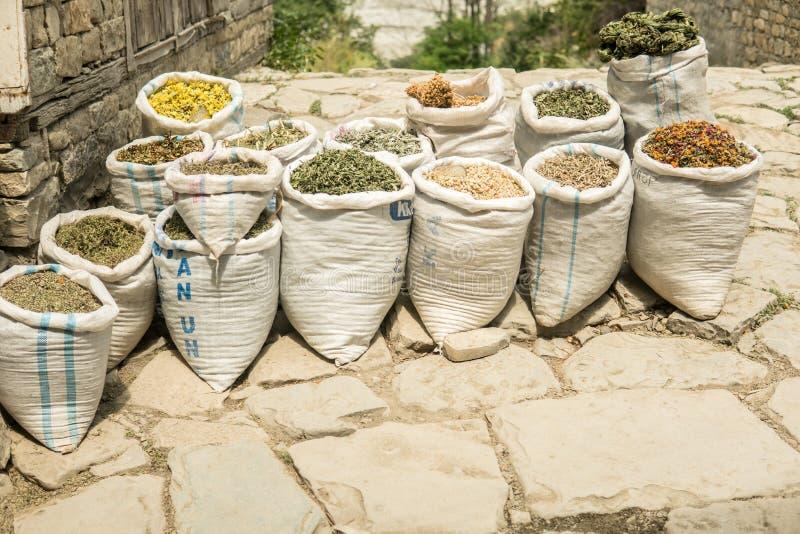Wysuszeni ziele dla sprzedaży Wschodni Ziołowy bazar zdjęcia royalty free