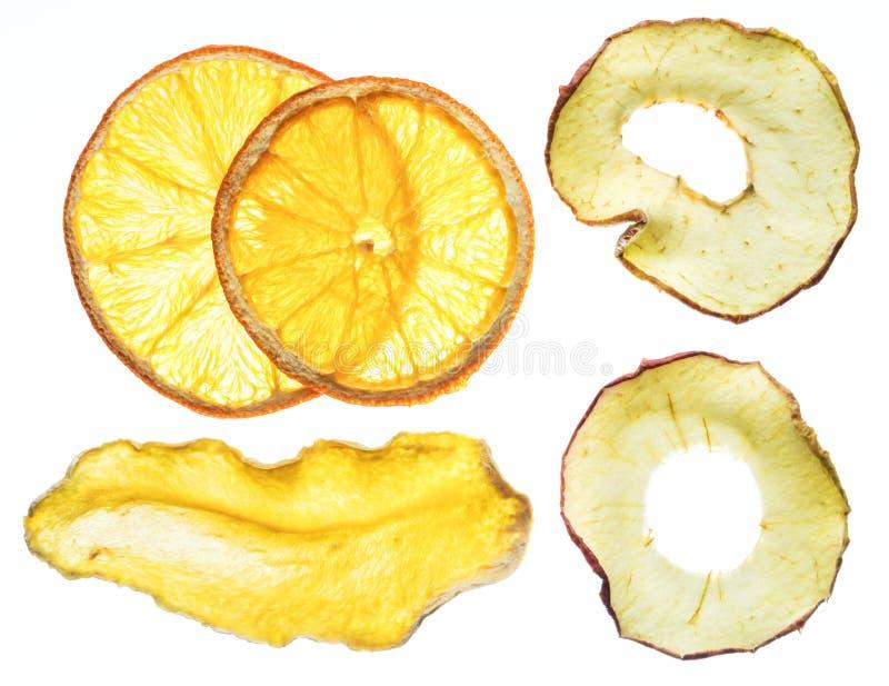 Wysuszona pomarańcze i jabłko pokrajać odosobnionego na białym tle Orga fotografia stock