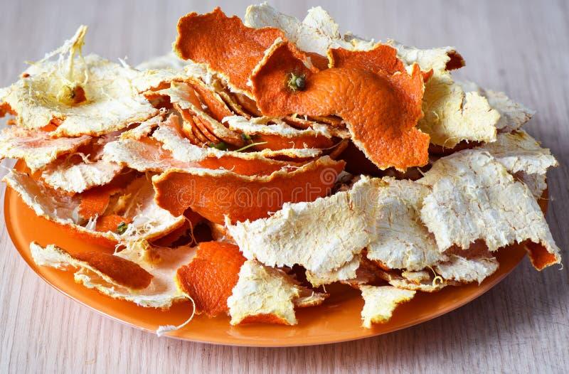 Wysuszona tangerine łupa na pomarańczowym talerzu zdjęcia stock