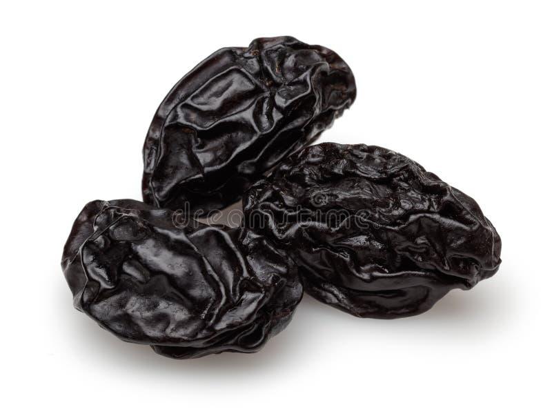 Wysuszone czarne śliwki odizolowywać na bielu fotografia stock