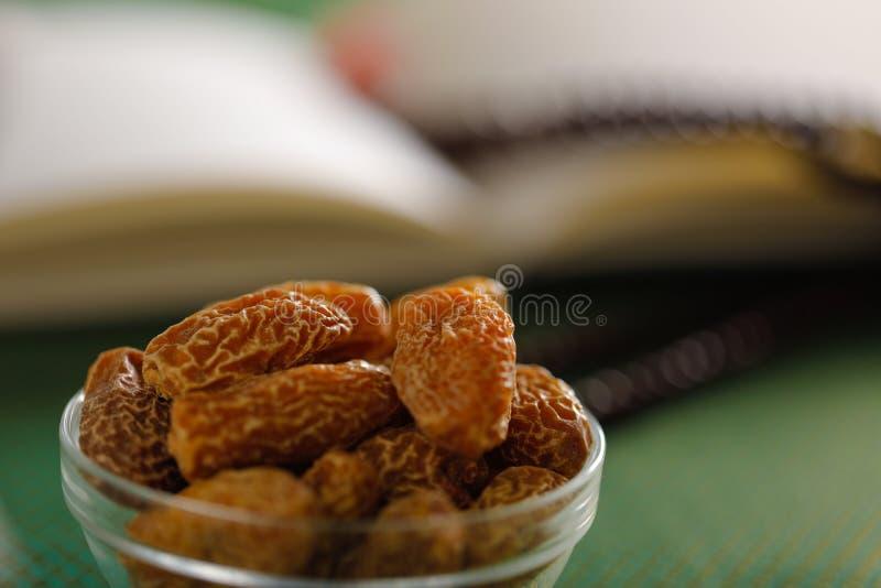 Wysuszone daty w pucharze Wysuszona Surowa Organicznie Medjool daty owoc i zieleni mennica w pucharze na starym drewnianym stole  zdjęcie royalty free