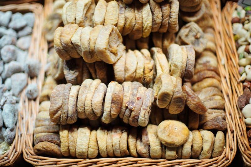 Wysuszone figi w drewnianym koszu obraz royalty free