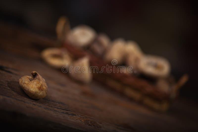 Wysuszone figi w małym koszu na drewnianym tle obraz stock