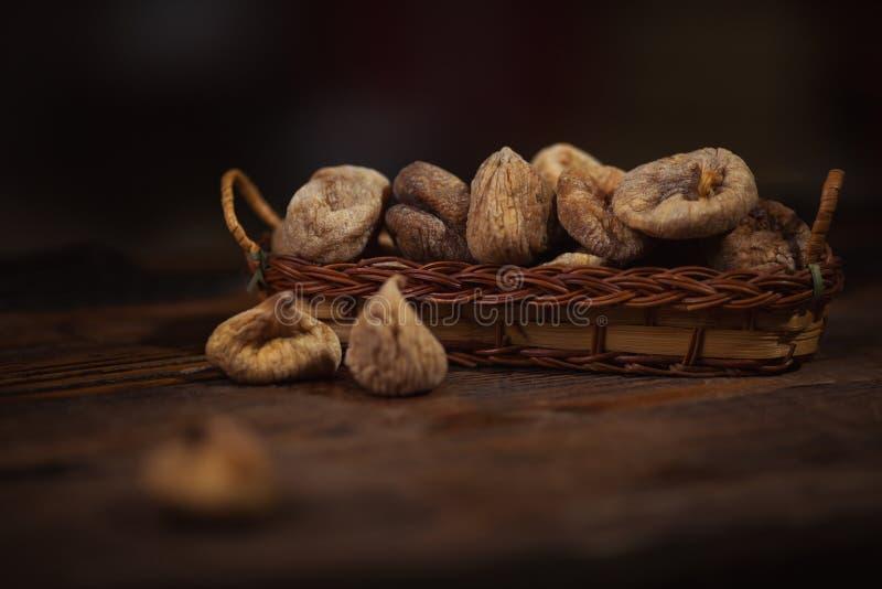 Wysuszone figi w małym koszu na drewnianym tle zdjęcia stock