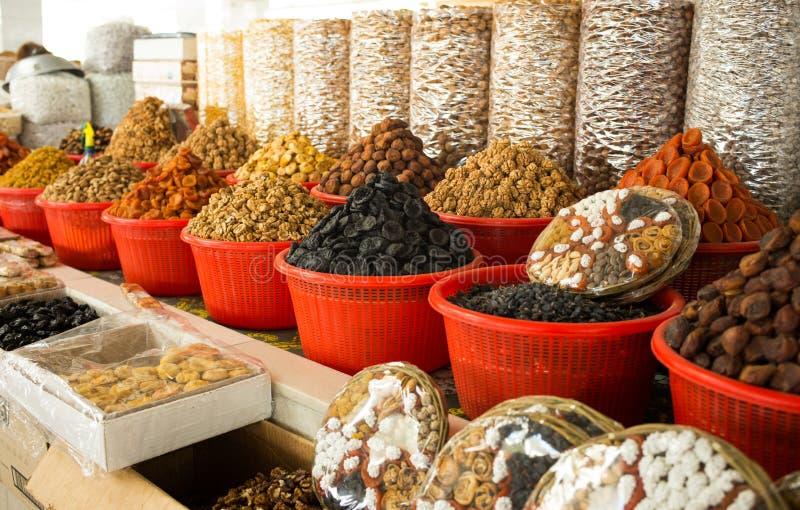 Wysuszone owoc i asortowane dokrętki sprzedaje w bazarze, zdjęcia stock