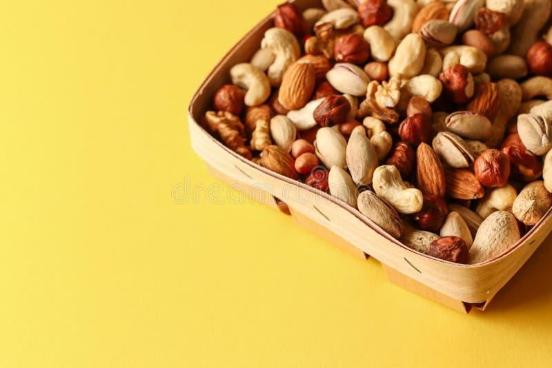 Wysuszone owoc i dokrętki mieszają w drewnianym pucharze fotografia royalty free