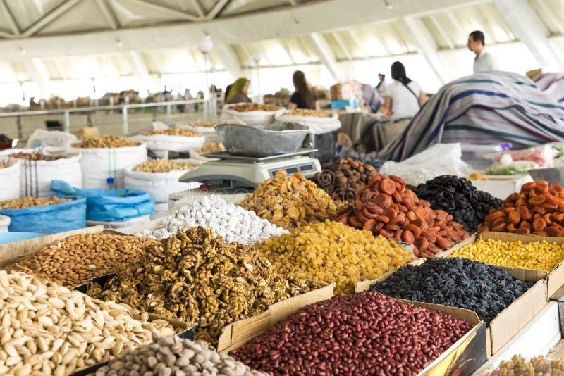 Wysuszone owoc i dokrętki na lokalnym jedzeniu wprowadzać na rynek w Tashkent, Uzbekist fotografia stock