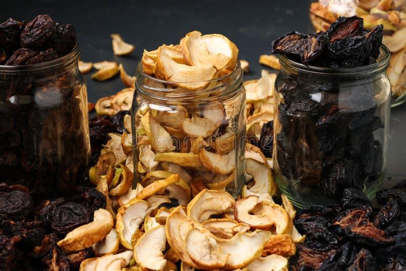 Wysuszone owoc w szklanych słojach na ciemnym tle obraz stock