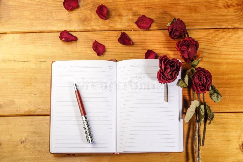 Download Wysuszone Róże Z Książką I Piórem Obraz Stock - Obraz złożonej z romantyczny, romans: 57657045