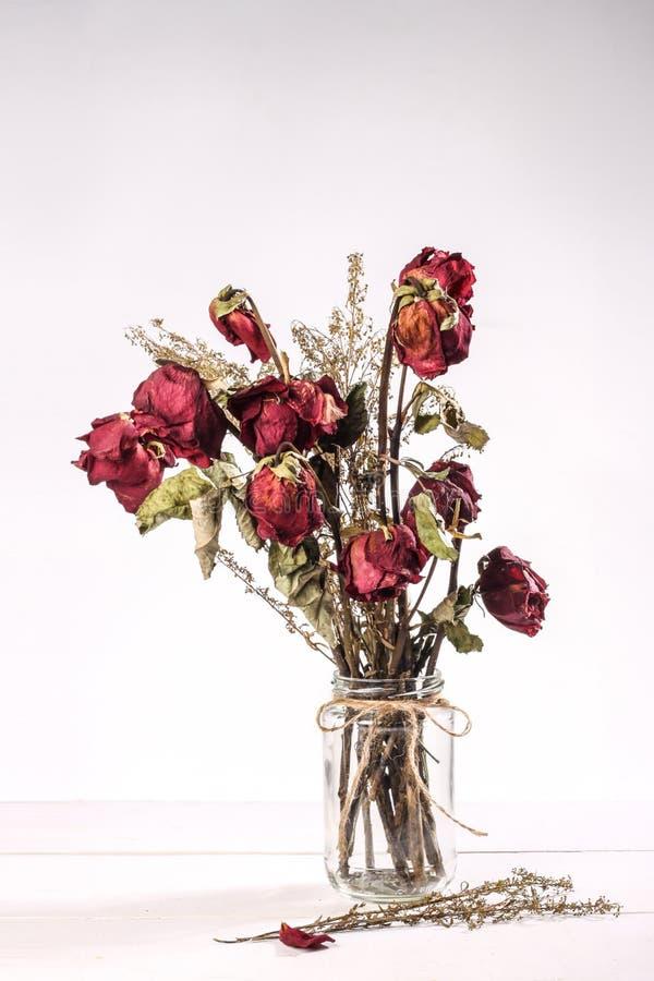 Download Wysuszone Róże W Szklanej Wazie Obraz Stock - Obraz złożonej z czerwień, roślina: 57656805