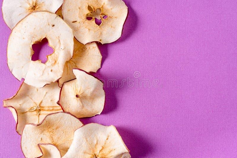 Wysuszony jabłko szczerbi się nad purpurowym tłem z kopii przestrzenią zdjęcie royalty free