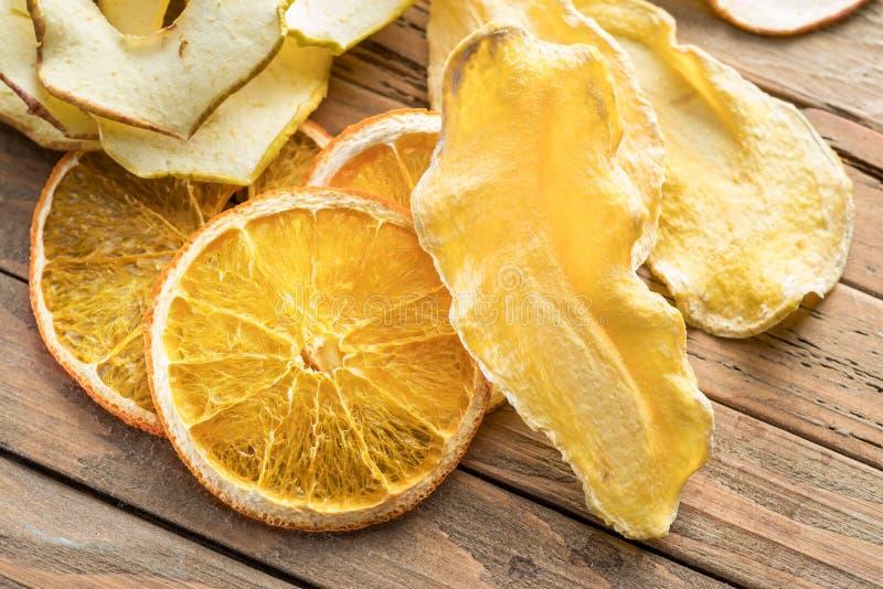 Wysuszony - owoc plasterki na drewnianym tle Żywność organiczna zdjęcie royalty free
